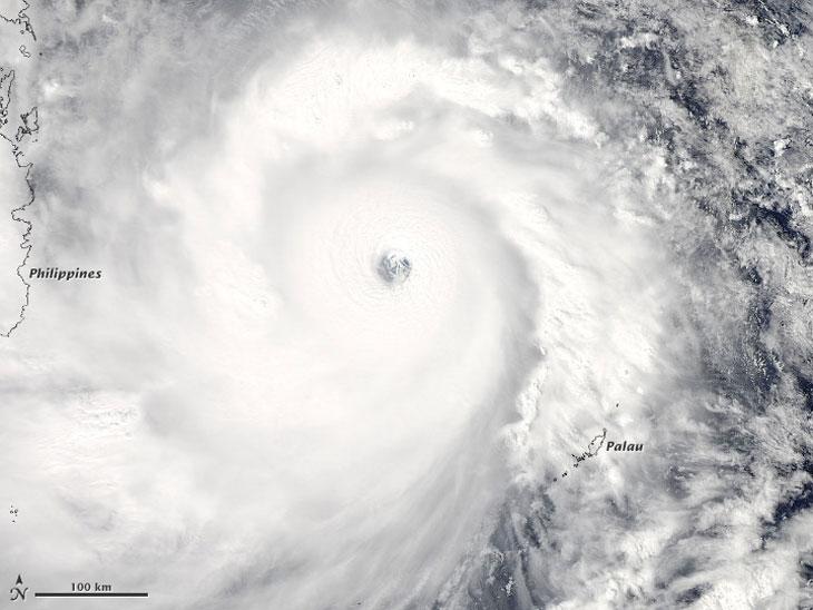 """Спутниковый снимок супертайфуна """"Хайан"""", 7 ноября 2013 года. Фото с сайта MODIS"""