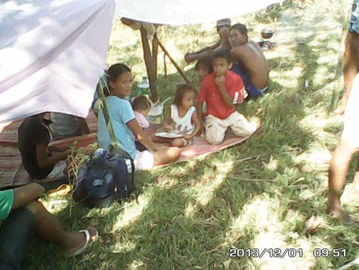 1 декабря 2013 года слухи выгнали ночью из домов в безопасные места жителей трех деревень в провинции Антике. Фото: Philippine Daily Inquirer