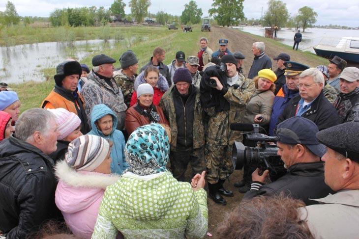 Встреча с жителями микрорайона Рейд поселка Тогур Колпашевского района. Фото с сайта ГУ МЧС России по Томской области