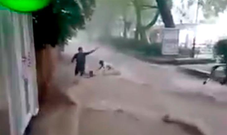 Потоп в Ялте: на улицах потоками воды уносило людей. Видео, фото